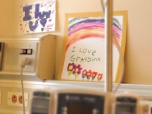 """Tarjetas en el cuarto de un hospital que dicen """"¡Te quiero!"""" y """"Yo amo a mi abuela"""""""