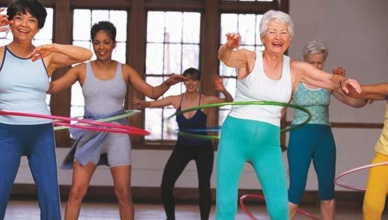 Mujeres mayores juegan Hula Hoop